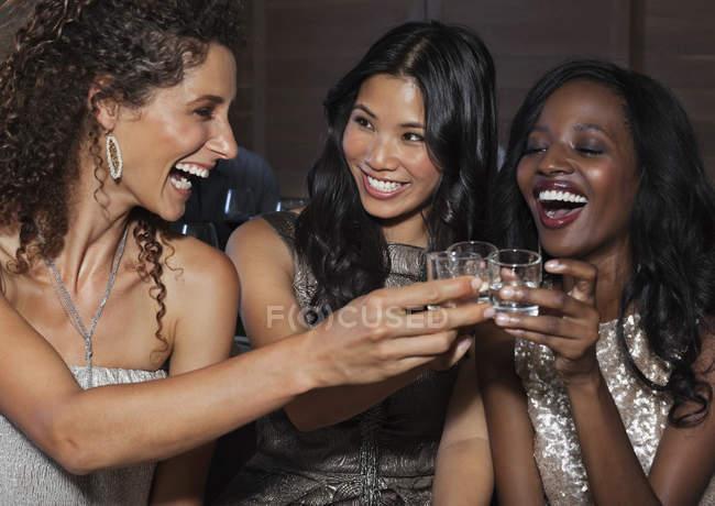 Молодий привабливих жінок тостів один з одним на вечірці — стокове фото