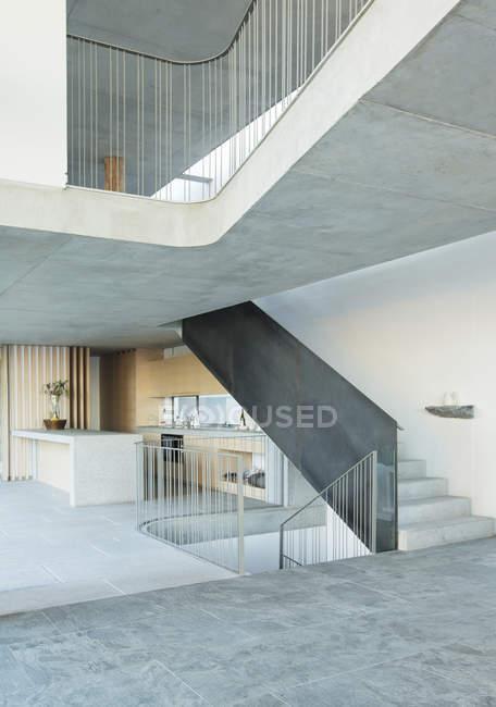 Escalera de casa moderna - foto de stock