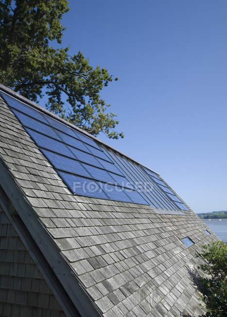 Close-up de painéis solares no telhado — Fotografia de Stock