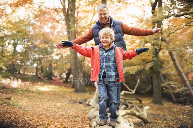 Glücklicher Mann und Enkel spielen im Park — Stockfoto