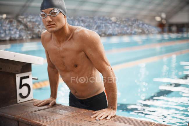 Nadador saliendo de la piscina - foto de stock