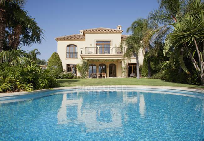 Piscina de luxo e villa espanhola — Fotografia de Stock