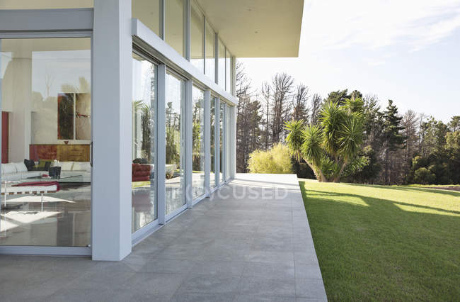 Modern building overlooking manicured lawn — Stock Photo