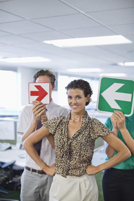 Geschäftsleute, die Pfeile im Amt halten — Stockfoto