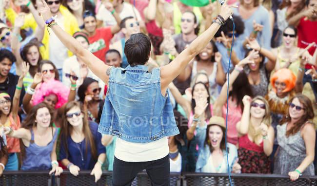 Виконавець облицювальні натовпі cheering — стокове фото