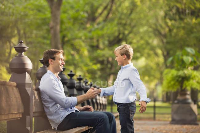 Батько і син в міському парку — стокове фото