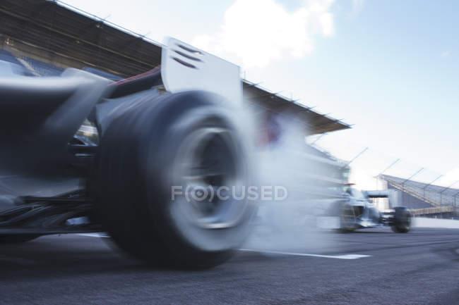 Гонки на гоночных машинах — стоковое фото