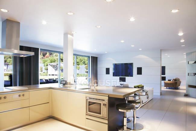 Cozinha e sala de estar em casa moderna — Fotografia de Stock