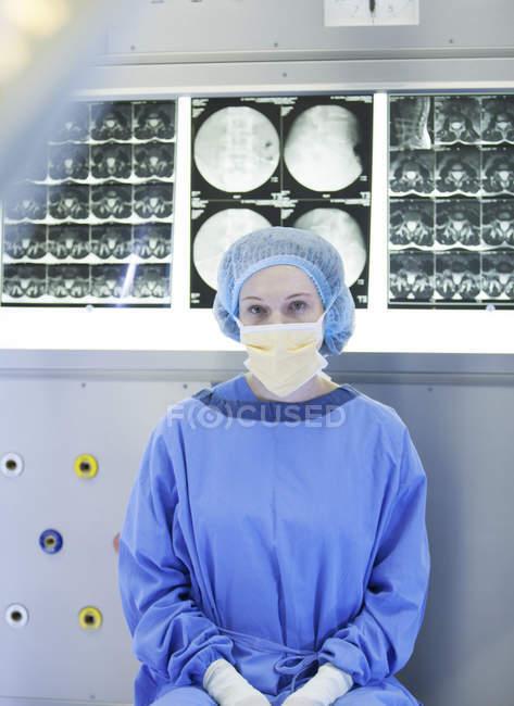 Chirurg sitzt mit Röntgenaufnahmen im modernen Krankenhaus — Stockfoto