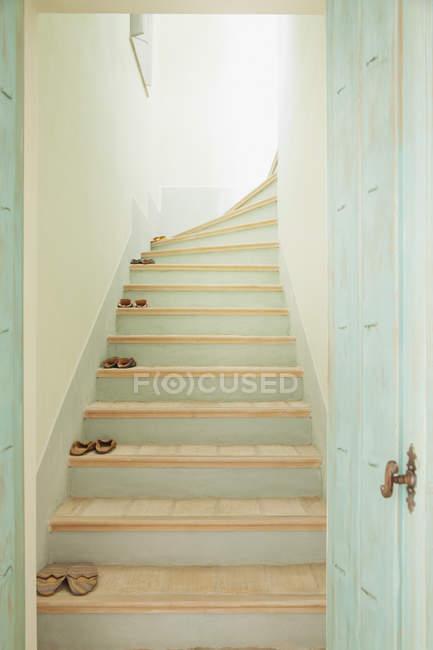 Тапочки облицювання сходів в приміщенні — стокове фото