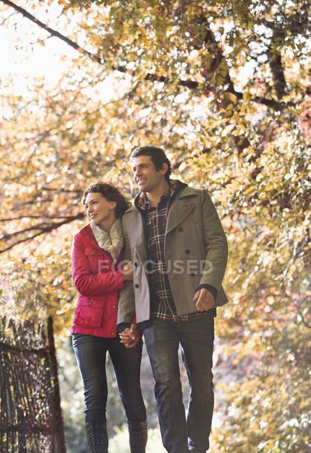 Kaukasisches Paar spaziert gemeinsam in Park — Stockfoto