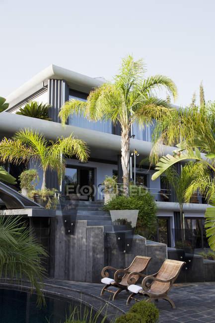 Luxury house outside during daytime — Stock Photo