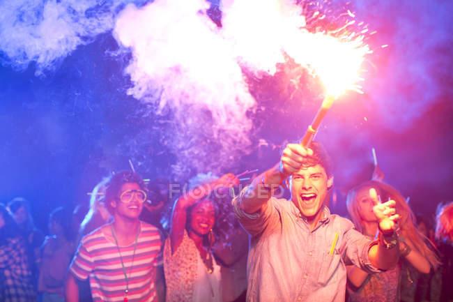 Вентиляторы с фейерверками на музыкальном фестивале — стоковое фото