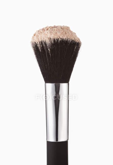 Primo piano di polvere di rossore sulla spazzola di trucco — Foto stock