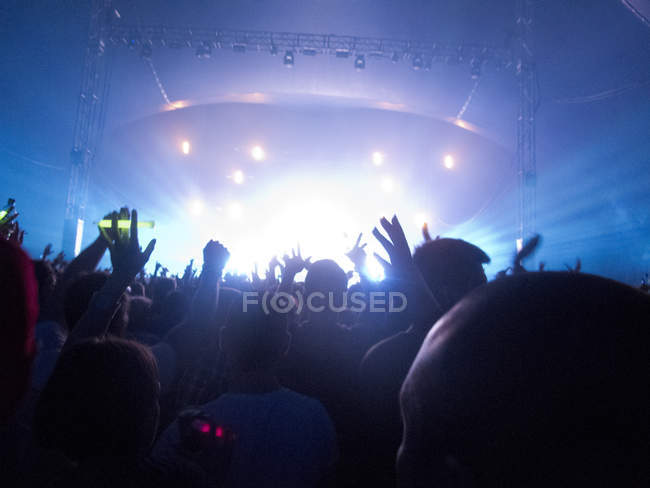 Silhouette of crowd facing stage at music festival — Stock Photo