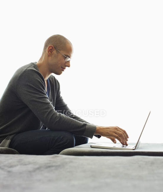 Man using tablet computer in living room — Stock Photo