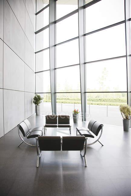 Cadeiras e mesa na área do lobby do escritório — Fotografia de Stock