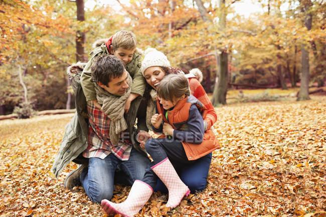 Кавказький сім'ї, граючи разом в парку — стокове фото