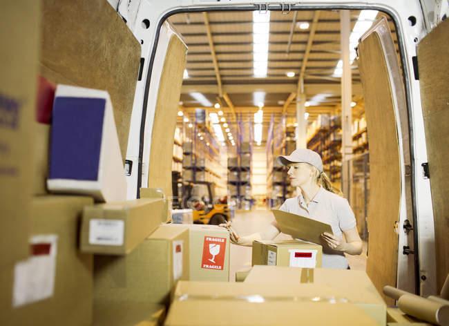 Доставка девушки чекбокс в фургоне — стоковое фото