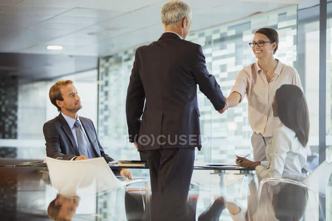 Деловые люди пожимают руки в офисном здании — стоковое фото