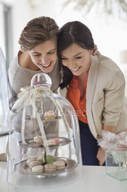 Жінок, милуючись лотка печиво — стокове фото