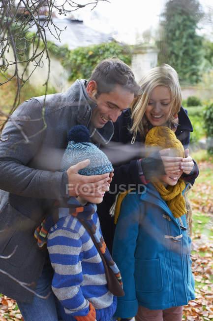 Genitori che coprono gli occhi dei bambini all'aperto — Foto stock