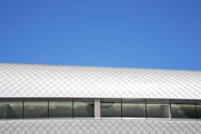 Дах сучасної будівлі та Синє небо — стокове фото