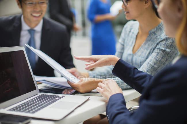 Uomini d'affari che si riuniscono nell'edificio degli uffici — Foto stock