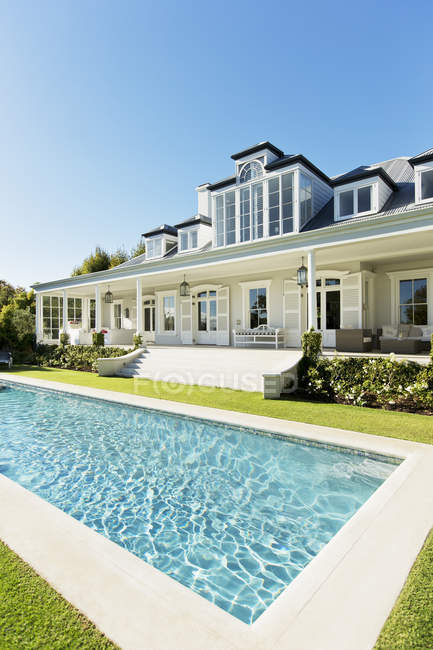 Luxury house, porch and swimming pool — Stock Photo