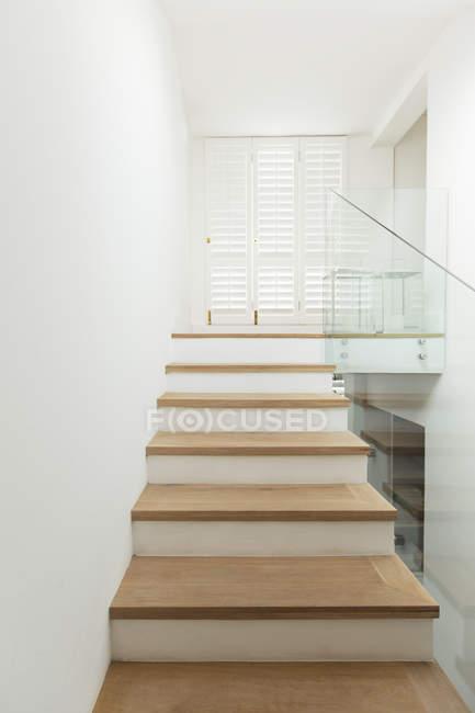 Treppe im modernen Haus drinnen — Stockfoto