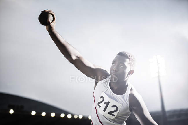 Легка атлетика спортсмена кидали штовхання ядра — стокове фото