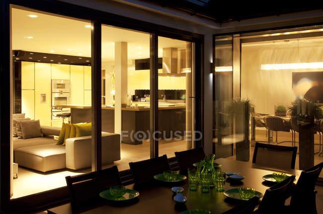 Tisch und Wohnzimmer im Freien modernes Zuhause — Stockfoto