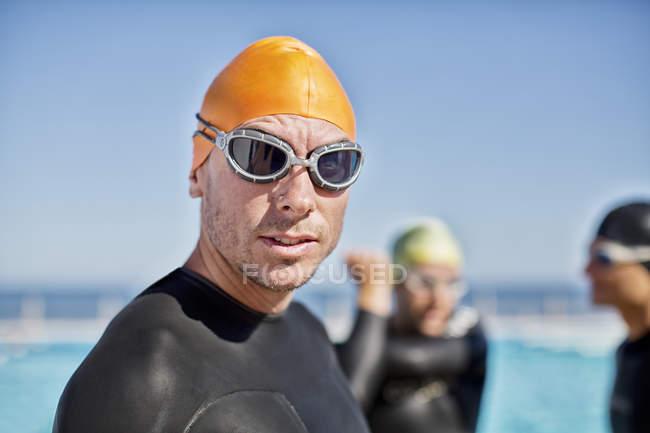 Уверенно и решительно Триатлонисты в гидрокостюм носить очки и шапочка — стоковое фото
