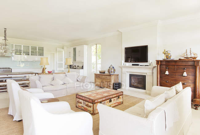 Luxury living room and kitchen — Stock Photo