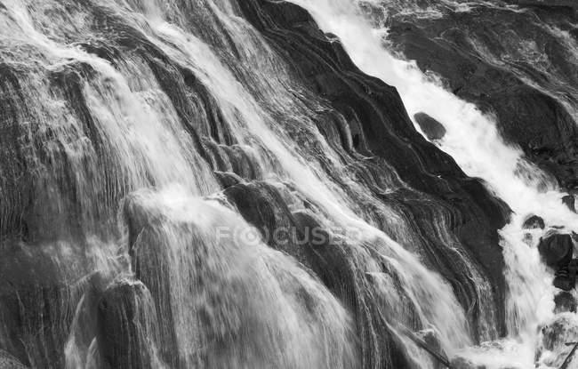 Río corriendo por caídas rocosas - foto de stock