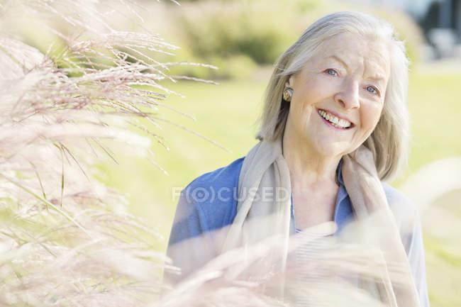 Ältere Frau lächelt im Freien — Stockfoto