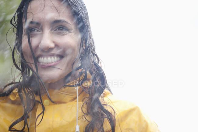 Retrato de mujer latina sonriente en la lluvia - foto de stock