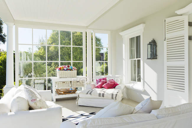Portico di sole di lusso al chiuso durante il giorno — Foto stock