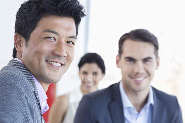 Uomini d'affari che sorridono insieme all'ufficio moderno — Foto stock