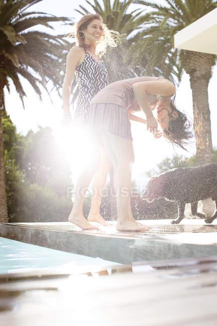 Donne che scuotono l'acqua dai capelli — Foto stock