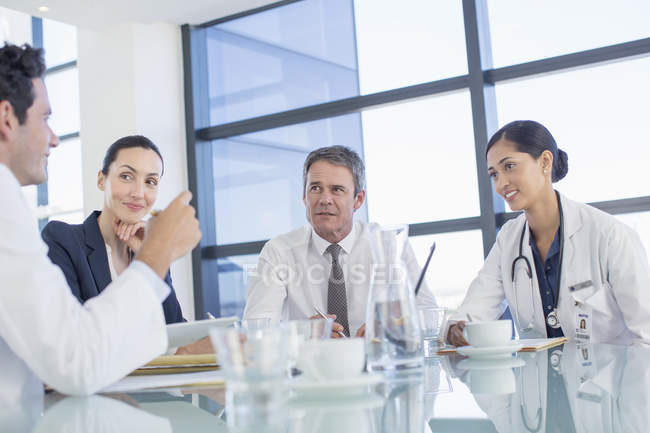 Doctors talking in meeting — Stock Photo