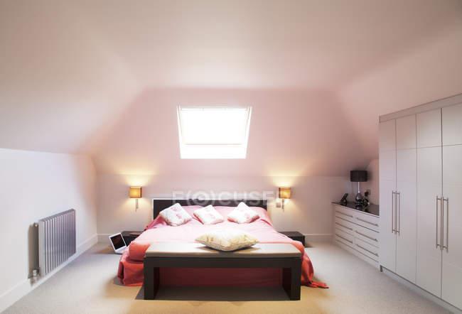 Letto e finestra in camera da letto moderna — Foto stock