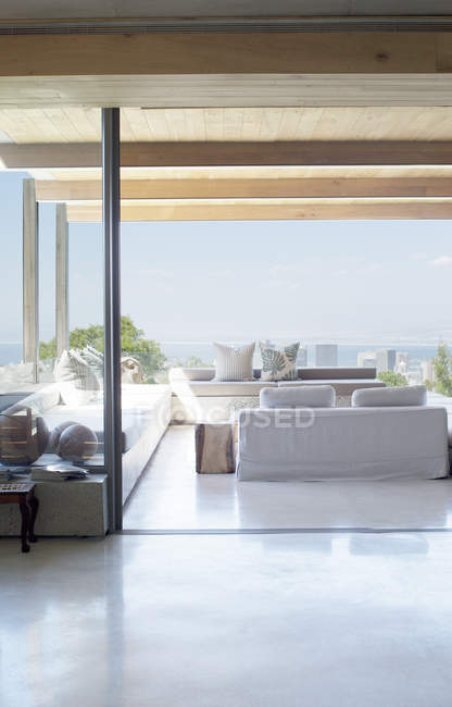 Открыть план этажа современного дома — стоковое фото