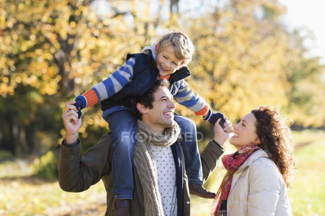 Щасливі кавказька сім'ї прогулянка у парку — стокове фото