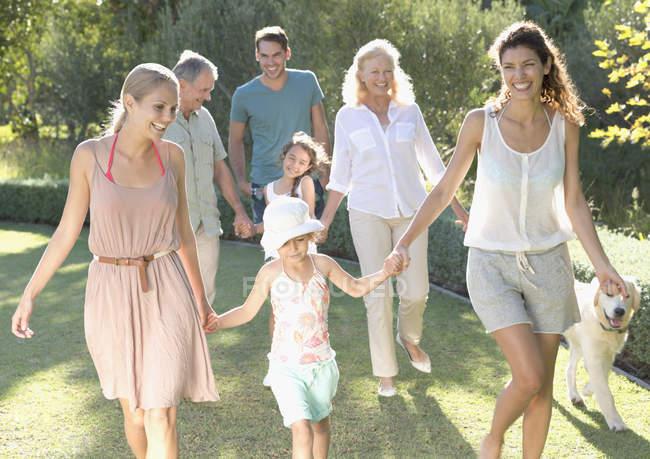 Щаслива родина разом прогулянки у дворі — стокове фото
