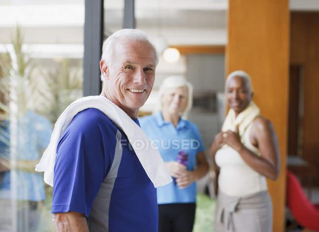 Усміхаючись літньою людиною, носіння рушник — стокове фото