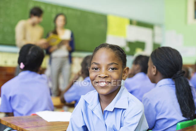 Allievo dell'afroamericano sorridente in classe — Foto stock