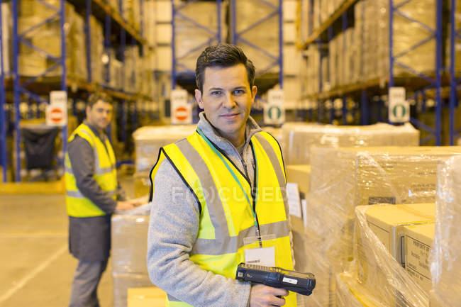 Cajas de escaneo del trabajador en almacén - foto de stock