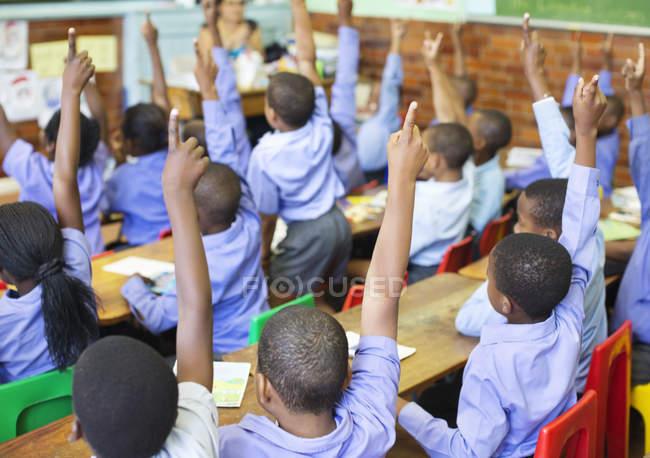 Afroamerikanische Studenten, die Hände in der Klasse — Stockfoto
