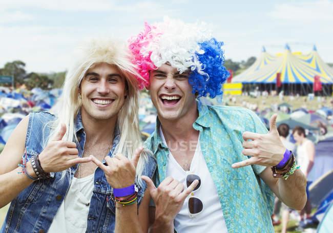 Retrato dos homens em perucas gesticulando no festival de música — Fotografia de Stock